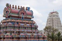 Αντιπαραβαλλόμενες ινδές είσοδοι ναών στοκ εικόνες με δικαίωμα ελεύθερης χρήσης