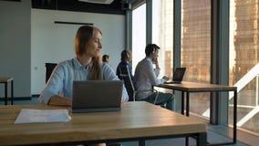 Αντιπροσωπεία γυναικείων κύρια ελέγχοντας τηλεφωνικών κέντρων στο επιχειρησιακό γραφείο φιλμ μικρού μήκους