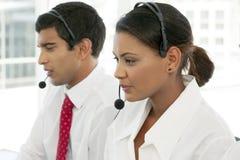 Αντιπρόσωποι εξυπηρέτησης πελατών στην εργασία στο multiethnic τηλεφωνικό κέντρο στοκ εικόνα