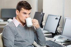 Αντιπρόσωπος εξυπηρέτησης πελατών που έχει τον καφέ Στοκ φωτογραφία με δικαίωμα ελεύθερης χρήσης