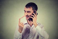 Αντιπρόσωπος εξυπηρέτησης πελατών ψευτών Ευτυχές άτομο με τη μακριά μύτη που μιλά στο κινητό τηλέφωνο Στοκ Φωτογραφία