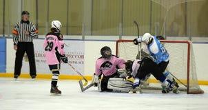 Αντιστοιχία χόκεϋ πάγου κοριτσιών Στοκ φωτογραφία με δικαίωμα ελεύθερης χρήσης