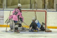 Αντιστοιχία χόκεϋ πάγου κοριτσιών Στοκ Εικόνες