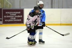 Αντιστοιχία χόκεϋ πάγου κοριτσιών Στοκ Φωτογραφία
