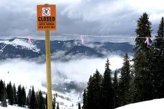 Αντιστροφή στο όριο προειδοποιητικών σημαδιών βουνών Στοκ Εικόνα