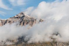 Αντιστροφή σύννεφων γύρω από την αιχμή Piz Boe στους δολομίτες Στοκ εικόνα με δικαίωμα ελεύθερης χρήσης
