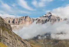 Αντιστροφή σύννεφων στη σειρά βουνών ομάδας Sella στους δολομίτες Στοκ Φωτογραφία