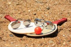 Αντισφαίριση και γυαλιά ηλίου Στοκ εικόνα με δικαίωμα ελεύθερης χρήσης
