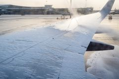 Αντιψυκτική επεξεργασία του φτερού αεροσκαφών στον αερολιμένα στοκ φωτογραφία με δικαίωμα ελεύθερης χρήσης