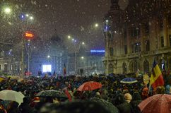 Αντι κυβερνητικές διαμαρτυρίες στο Βουκουρέστι στο σκληρό καιρό στοκ εικόνα με δικαίωμα ελεύθερης χρήσης