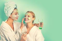 Αντι μάσκα ηλικίας Παραμονή όμορφη Φροντίδα δέρματος για πολύ καιρό όλες Γυναίκες που έχουν τη μάσκα δερμάτων αγγουριών διασκέδασ στοκ εικόνες