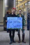 Αντι συνάθροιση ατού μπροστά από τον πύργο ατού στο Τορόντο Στοκ Φωτογραφίες
