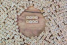 Αντι Spam, γερμανικό κείμενο για αντι Spam, λέξη στις επιστολές στον κύβο χωρίζει σε τετράγωνα στον πίνακα στοκ φωτογραφία με δικαίωμα ελεύθερης χρήσης