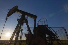 Αντλία πετρελαίου ενάντια στον ήλιο Στοκ Φωτογραφίες
