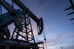 Αντλία πετρελαίου στο υπόβαθρο μπλε ουρανού Στοκ εικόνες με δικαίωμα ελεύθερης χρήσης