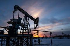 Αντλία πετρελαίου στο υπόβαθρο ουρανού ηλιοβασιλέματος Στοκ Εικόνες