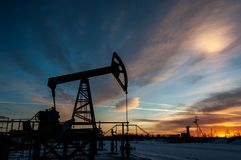 Αντλία πετρελαίου στο υπόβαθρο ουρανού ηλιοβασιλέματος Στοκ Φωτογραφία