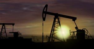 Αντλίες πετρελαίου - εξαγωγή πετρελαίου στο υπόβαθρο ηλιοβασιλέματος ελεύθερη απεικόνιση δικαιώματος