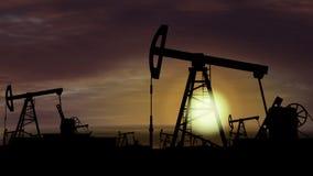 Αντλίες πετρελαίου - εξαγωγή πετρελαίου στο υπόβαθρο ηλιοβασιλέματος απεικόνιση αποθεμάτων