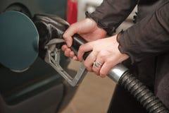 αντλώντας γυναίκα βενζίνη&s στοκ εικόνες