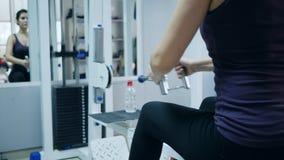 Αντοχή του σώματος, ισχυρός αθλητισμός παιχνιδιού γυναικών στη γυμναστική φιλμ μικρού μήκους