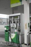 Αντλίες πετρελαίου στο προαύλιο Στοκ φωτογραφίες με δικαίωμα ελεύθερης χρήσης