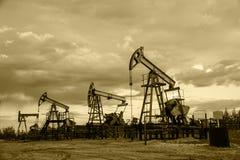 Αντλίες πετρελαιοπηγών μονοχρωματικός Στοκ Εικόνες