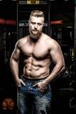 Αντλημένο άτομο γυμνοστήθων στα τζιν στη γυμναστική Στοκ Εικόνες