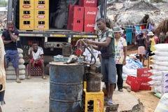 Αντλώντας βενζίνη στην αγορά, κοντά σε Antsohihy, Μαδαγασκάρη Στοκ Φωτογραφία