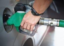 Αντλώντας καύσιμα ατόμων μέσα στη δεξαμενή Στοκ Εικόνες
