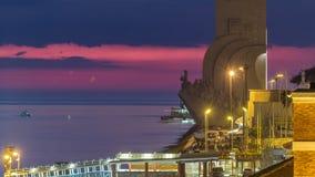 Ανυψωμένη άποψη του μνημείου DOS Descobrimentos Padrao στην ημέρα ανακαλύψεων στο διάσημο μνημείο νύχτας timelapse μέσα φιλμ μικρού μήκους