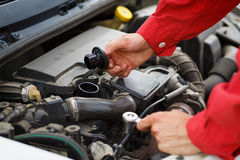 ανυψωμένη υπηρεσία αντικατάστασης πετρελαίου αυτοκινήτων κύπελλων ανελκυστήρας στοκ εικόνες