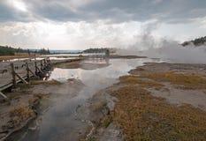 Ανυψωμένος ξύλινος θαλάσσιος περίπατος που πηγαίνει μετά από τις μαύρες καυτές ανοίξεις πολεμιστών και τον μπλεγμένο κολπίσκο στη Στοκ φωτογραφία με δικαίωμα ελεύθερης χρήσης