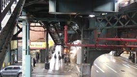 Ανυψωμένος σταθμός μετρό στην πόλη της Νέας Υόρκης φιλμ μικρού μήκους