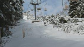 Ανυψωμένος τρόπος σχοινιών επιβατών στο χειμερινό βουνό φυσικό φιλμ μικρού μήκους