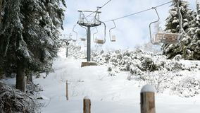 Ανυψωμένος τρόπος σχοινιών επιβατών στο χειμερινό βουνό φυσικό απόθεμα βίντεο