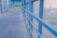 Ανυψωμένο για τους πεζούς πέρασμα από το εσωτερικό Ασφαλής μετάβαση πέρα από το δρόμο στοκ εικόνα με δικαίωμα ελεύθερης χρήσης