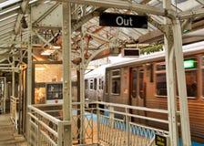 Ανυψωμένο το Σικάγο τραίνο EL όπως βλέπει από την πλατφόρμα Στοκ Εικόνα