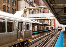 Ανυψωμένο το Σικάγο τραίνο EL όπως βλέπει από την πλατφόρμα Στοκ Φωτογραφία