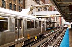 Ανυψωμένο το Σικάγο τραίνο EL όπως βλέπει από την πλατφόρμα Στοκ εικόνες με δικαίωμα ελεύθερης χρήσης