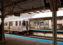 Ανυψωμένο το Σικάγο τραίνο EL όπως βλέπει από την πλατφόρμα Στοκ φωτογραφία με δικαίωμα ελεύθερης χρήσης