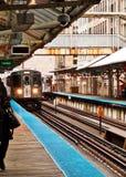 Ανυψωμένο το Σικάγο τραίνο EL όπως βλέπει από την πλατφόρμα Στοκ Εικόνες