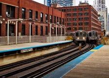 Ανυψωμένο το Σικάγο τραίνο EL όπως βλέπει από την πλατφόρμα Στοκ φωτογραφίες με δικαίωμα ελεύθερης χρήσης