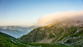 Ανυψωτική υδρονέφωση πρωινού πέρα από το βουνό, Βουλγαρία, βουνό Rila Στοκ φωτογραφία με δικαίωμα ελεύθερης χρήσης