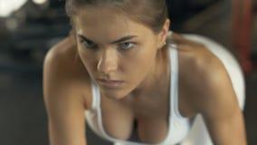 Ανυψωτικοί αλτήρες γυναικών ικανότητας πορτρέτου για το μυ κατάρτισης πίσω στη λέσχη γυμναστικής φιλμ μικρού μήκους