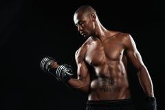 Ανυψωτικοί αλτήρες ημίγυμνοι νέοι αφροαμερικανοί αθλητικών τύπων Στοκ εικόνες με δικαίωμα ελεύθερης χρήσης