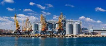 Ανυψωτικοί γερανοί φορτίου, σκάφη και στεγνωτήρας σιταριού στη θάλασσα στοκ εικόνες