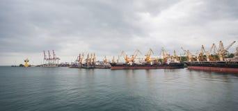 Ανυψωτικοί γερανοί φορτίου, σκάφη και στεγνωτήρας σιταριού στο θαλάσσιο λιμένα της Οδησσός, Μαύρη Θάλασσα, Ουκρανία στοκ φωτογραφίες