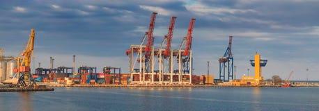 Ανυψωτικοί γερανοί φορτίου, σκάφη και στεγνωτήρας σιταριού στο θαλάσσιο λιμένα στοκ εικόνες