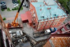 Ανυψωτικός εξοπλισμός στη στέγη του κτηρίου Στοκ Εικόνες